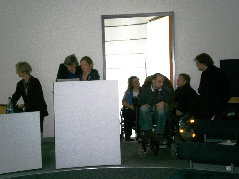 Rollstuhlfahrer_innen im Eingangsbereich der Rotunde.