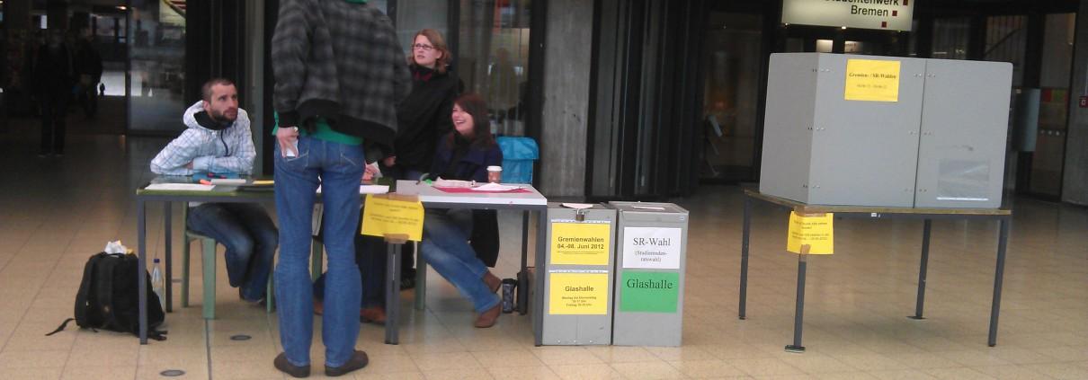 Studierender bei der Wahlurne