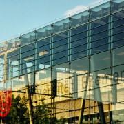 Glashalle mit Fallturm