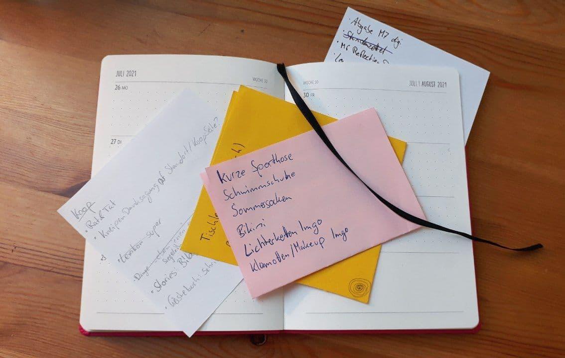 Kalender mit bunten, beschriebenen Zetteln