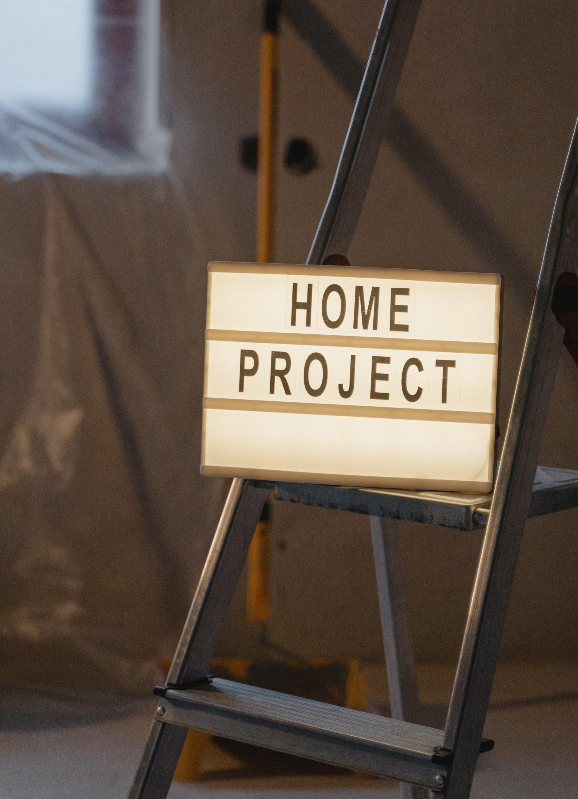 Leiter in renoviertem Zimmer mit Leuchtschild Home Project
