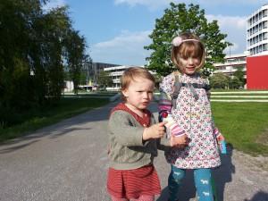 Abbildung 3: Kinder beim Gang über den Campus