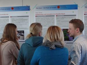 """Abbildung 1: """"Nah Dran""""-Workshop – Teilnehmer und Teilnehmerinnen im Gespräch."""