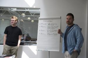 Abbildung 2: Philip Seufert (links) und Bartosz Kurzawski (rechts) stellen den Ablauf ihres Workshops vor.