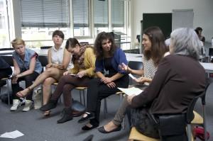 Abbildung 3: Im Workshop von Kiana Ghaffarizad (3. von rechts) wurde diskutiert, wie man über die Themen Flucht und Asyl lernend forschen kann.