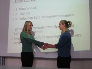 Abbildung 1: Demonstration der Überprüfung des Händedrucks im Rahmen des FAST-Tests bei zu Pflegenden mit Apoplex