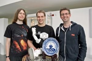 "Felix Thielke, Andreas Stolpman und Tim Laue (v.l.) mit dem Roboter des Teams ""B-Human"""