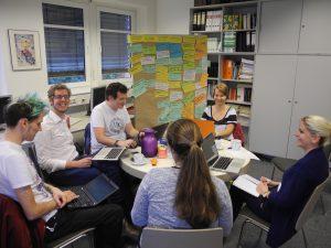 """Abbildung 4: Diskussion in der Arbeitsgruppe zum Thema """"Forschendes Studieren, Forschendes Lernen… Was ist der Unterschied?"""" (Universität Bremen, August 2016)"""
